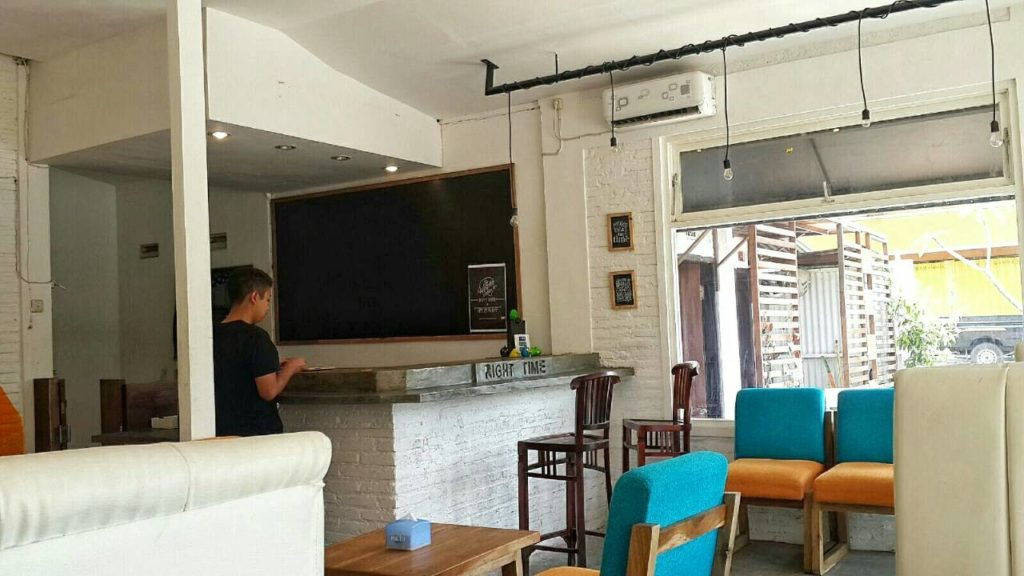 Cafe Right Time Malang -ambience of indoor-