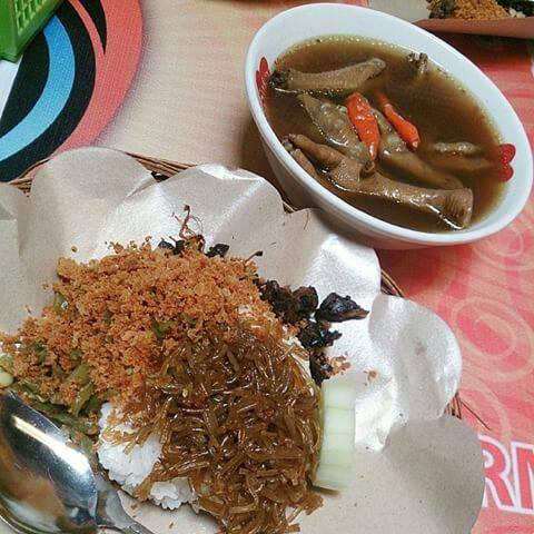 Nasi Kremikan Empal dan Asem-Asem Ceker.